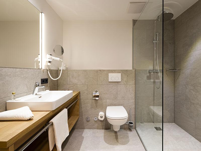 [Translate to en:] Badezimmer – Doppelzimmer Alpin Style Stubaiblick
